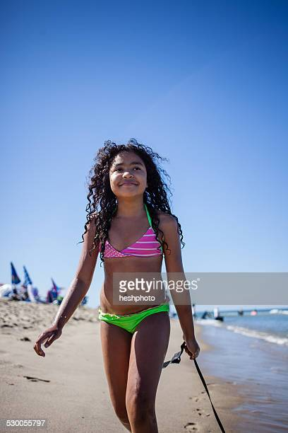 girl strolling on beach with seaweed, truro, massachusetts, cape cod, usa - heshphoto stockfoto's en -beelden