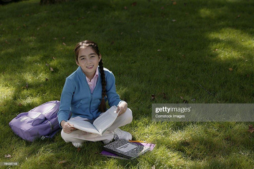 Girl studying outdoor : Stockfoto