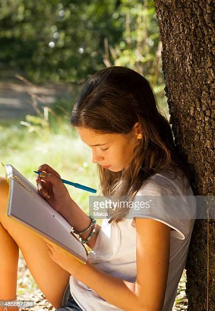 Chica estudiando al aire libre