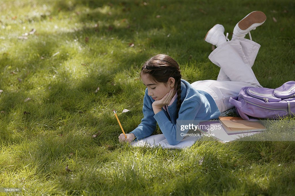 Girl studying outdoors : Stockfoto