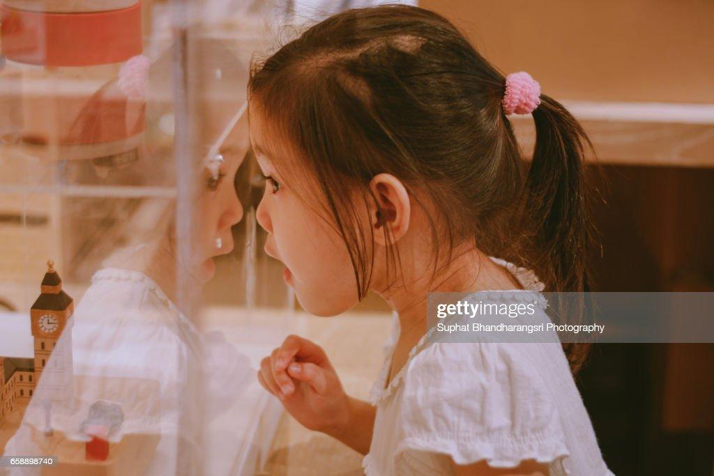 Girl surprising at display box : Stock-Foto