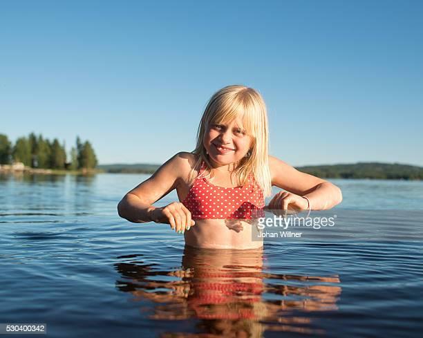 girl swimming in lake, siljan, dalarna, sweden - レクサンド ストックフォトと画像