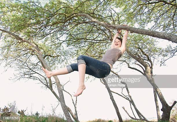 Mädchen schwingen von Baum im Freien