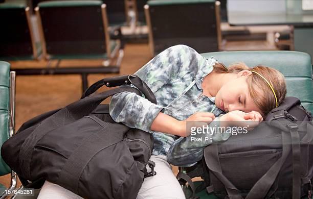 女の子は、うたた寝エドモントンの空港
