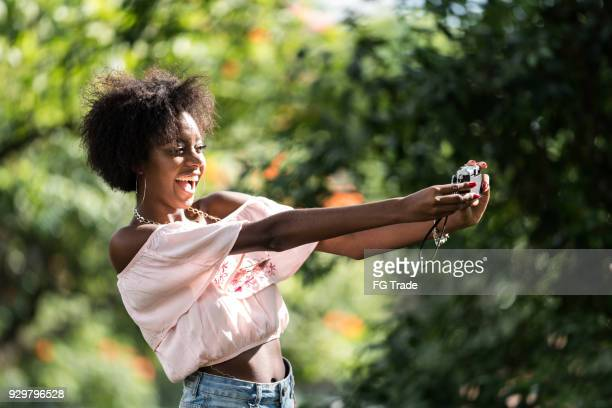 menina tomando um selfie no parque - afro americano - fotografias e filmes do acervo