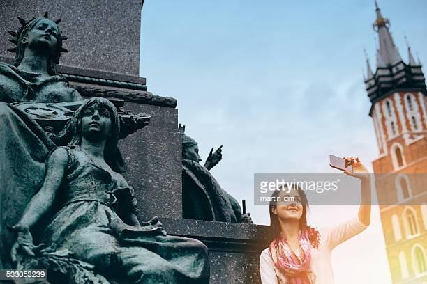 Chica tomando un autorretrato en Cracovia