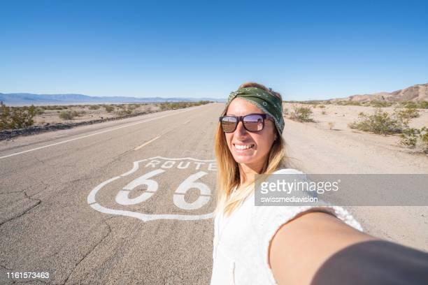mädchen macht selfie auf route 66 - route 66 stock-fotos und bilder