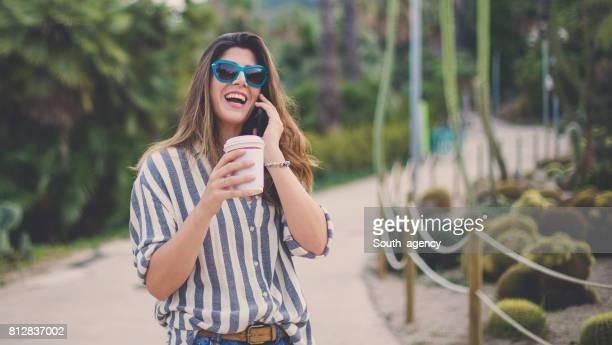 Mädchen spricht auf dem Mobiltelefon