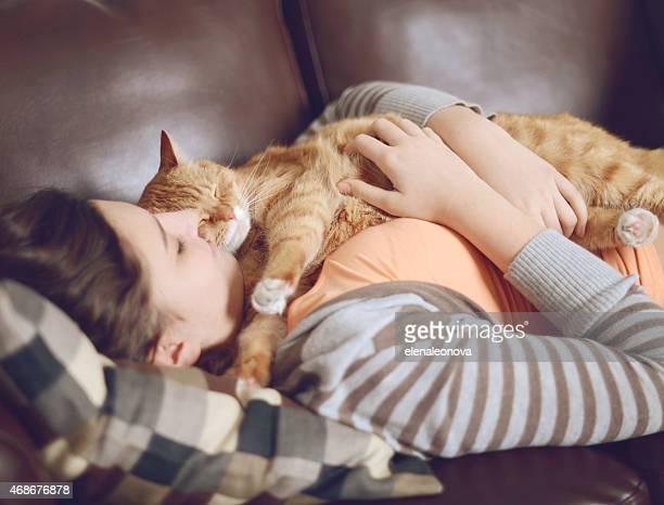 Fille adolescente dans la chambre avec le chat