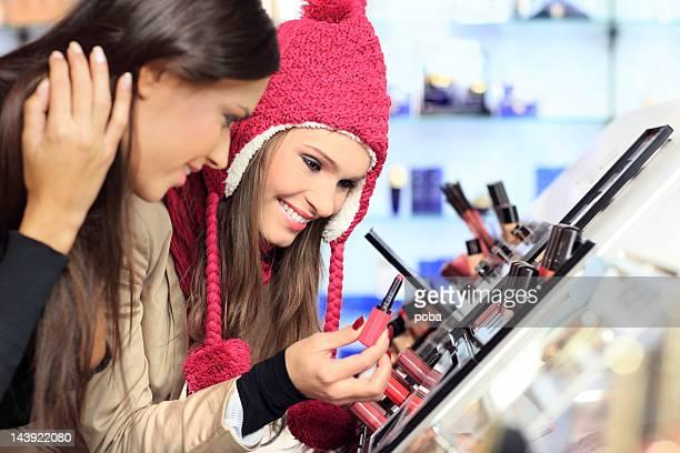 Mädchen Tests und Einkäufe Kosmetik in das beauty shop