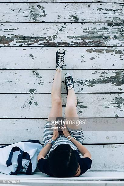 Mädchen SMS auf der Terrasse