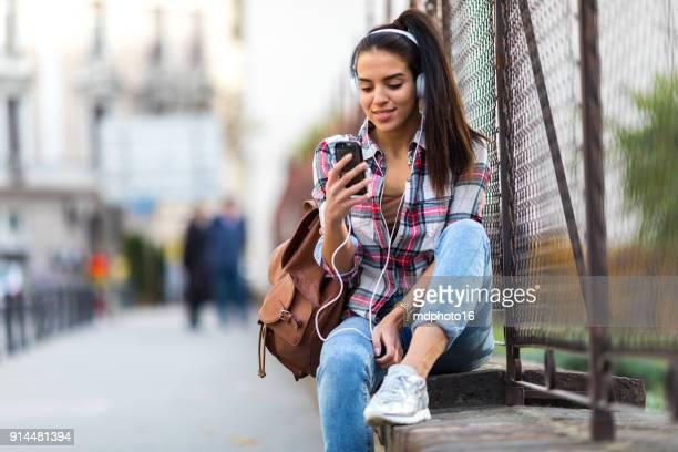 girl texting on smartphone in the city - meninas adolescentes imagens e fotografias de stock