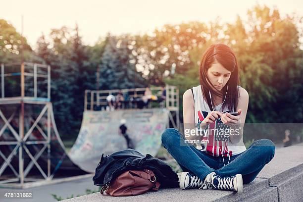 Ragazza messaggi di testo su uno smartphone