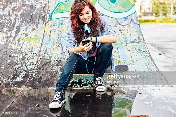 Menina de mensagens de texto em smartphone