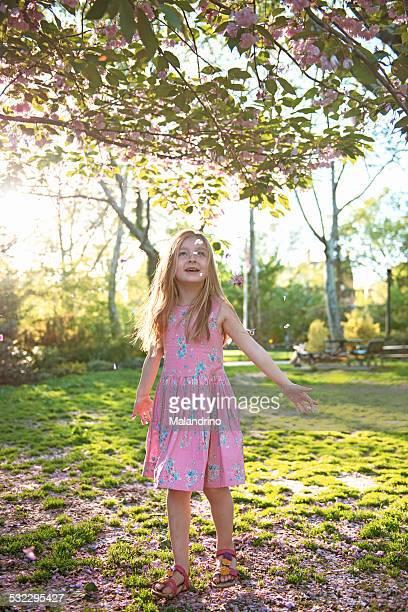 girl throwing petals on a park - só uma menina - fotografias e filmes do acervo