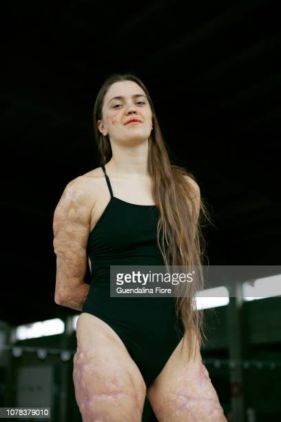 girl training in the swimming pool - motivation photos et images de collection