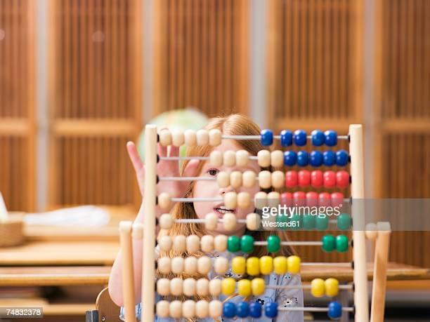girl (4-7) using abacus, close-up - abaco imagens e fotografias de stock
