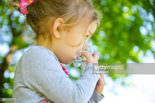 Mädchen mit Asthma-Inhalator in einem park