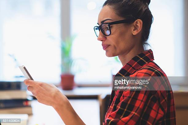 girl using phone - frowning stock pictures, royalty-free photos & images