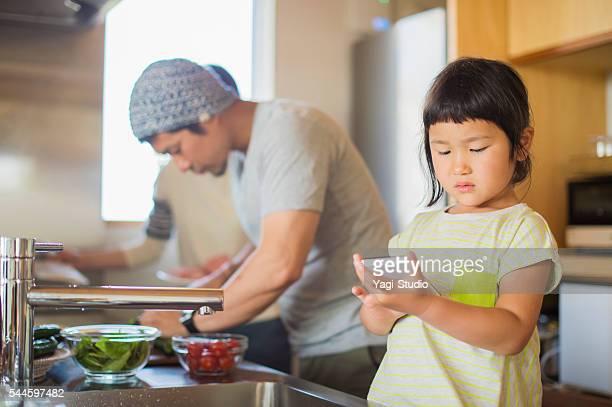 女の子 スマートフォンのキッチンの使用