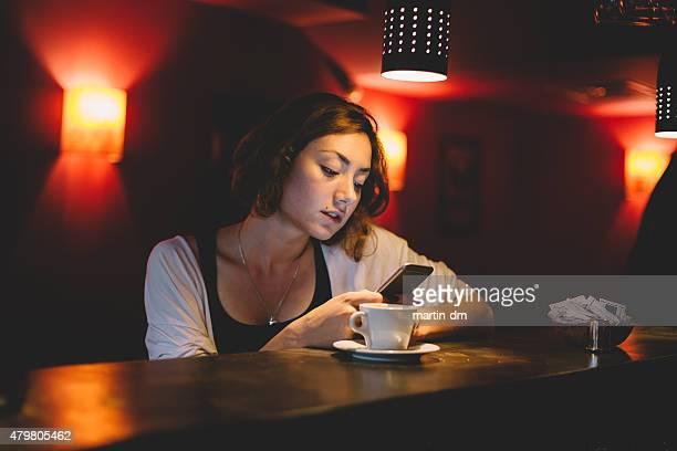 Mädchen mit smartphone im Café