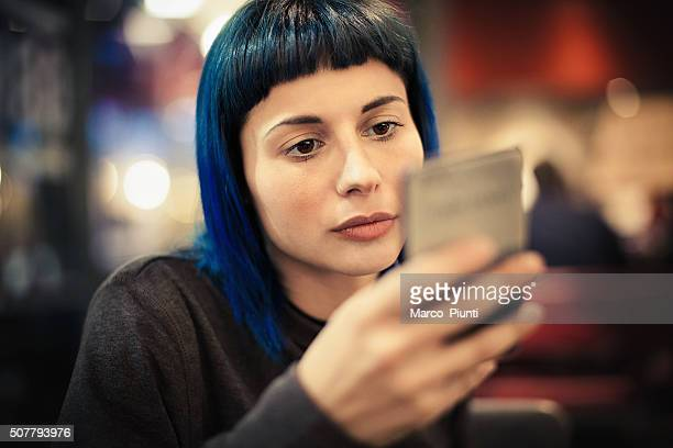 Jeune fille à l'aide de smartphone