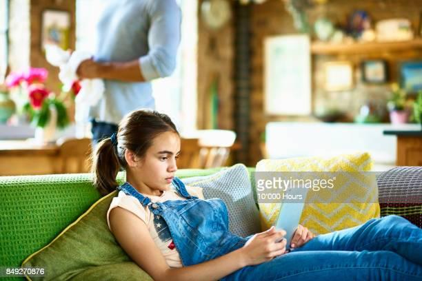 girl using tablet - kind vor der pubertät stock-fotos und bilder