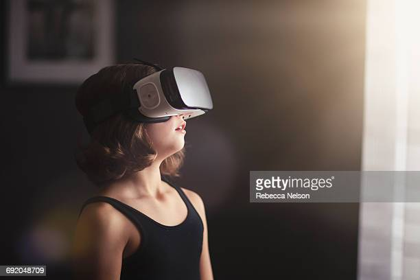 girl using vr headset - simulatore di realtà virtuale foto e immagini stock