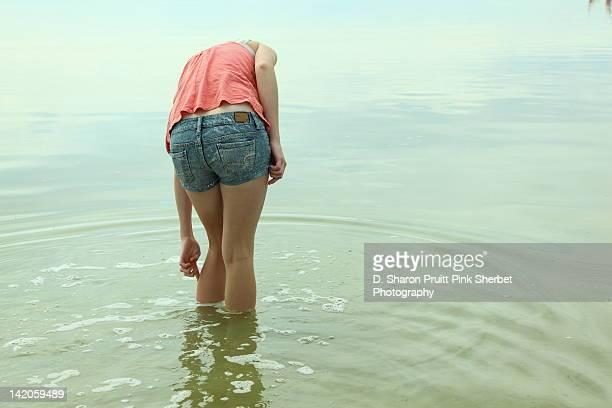 girl wading in water - seulement des adolescents ou adolescentes photos et images de collection
