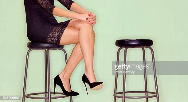 girl waiting for date pick up - piernas cruzadas fotografías e imágenes de stock