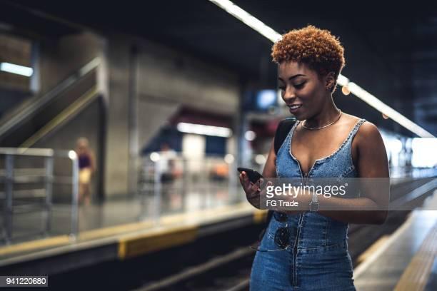 menina esperando o trem na estação - estação - fotografias e filmes do acervo