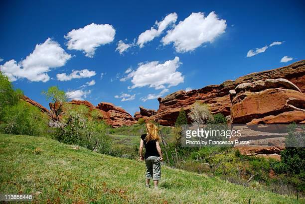girl walking in red rocks park - rocha vermelha imagens e fotografias de stock