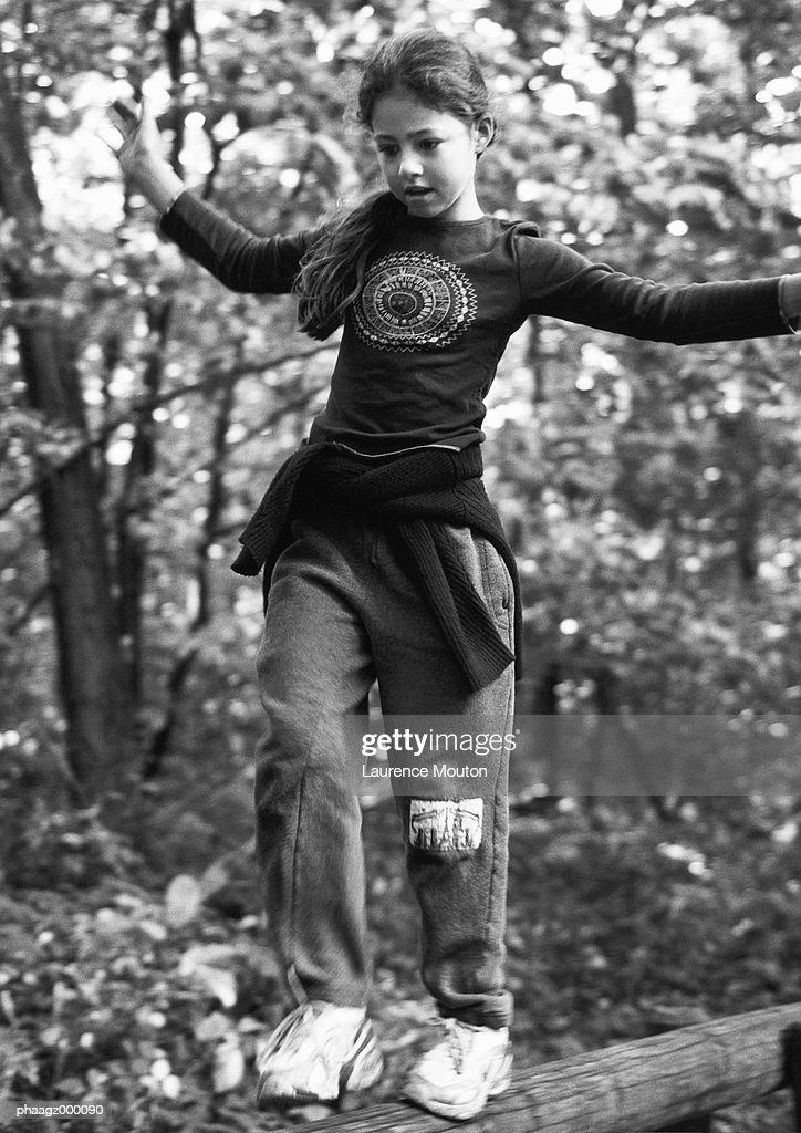 Girl walking on log : Stockfoto