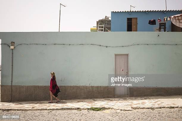 girl walking - cabo verde fotografías e imágenes de stock