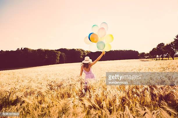 Mädchen zu Fuß durch Wheat Field