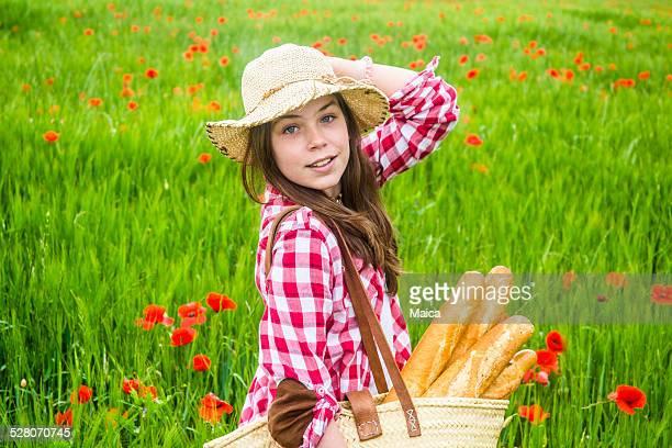 Fille à marcher dans la campagne environnante