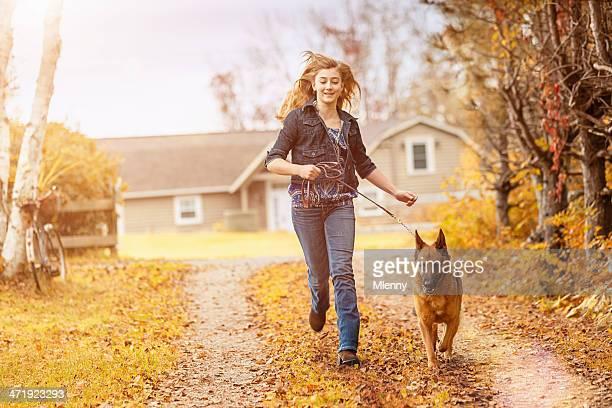 Menina Andar com seu Cachorro