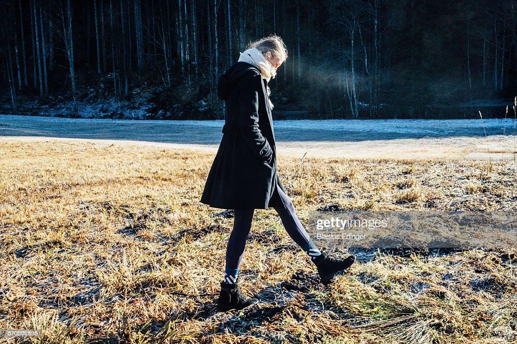 Girl walks around in winter : Stockfoto