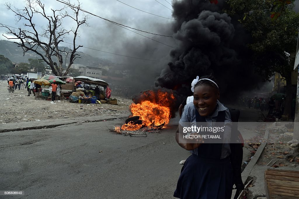TOPSHOT-HAITI-VOTE-ELECTIONS-PROTEST : News Photo