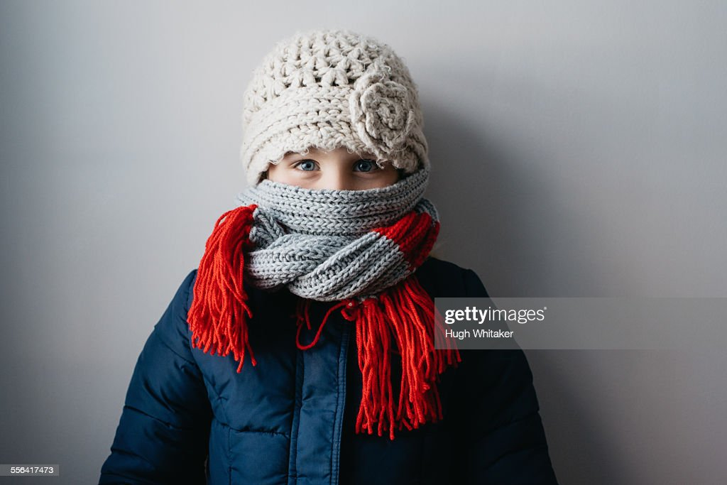 Girl warmly wrapped up in woollen hat and scarf : Stockfoto