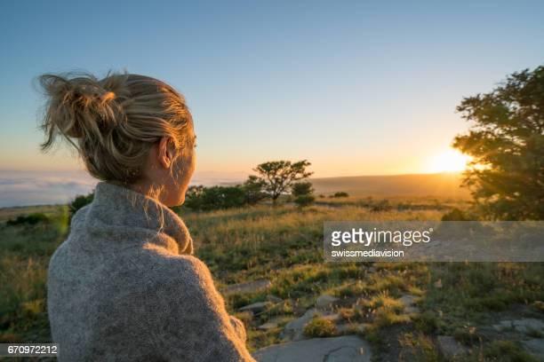 meisje zonsopgang kijken in zuid-afrika - zuid afrika stockfoto's en -beelden