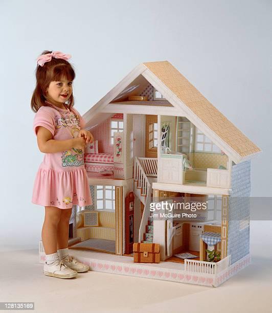 CHIPL052 Girl w/dollhouse