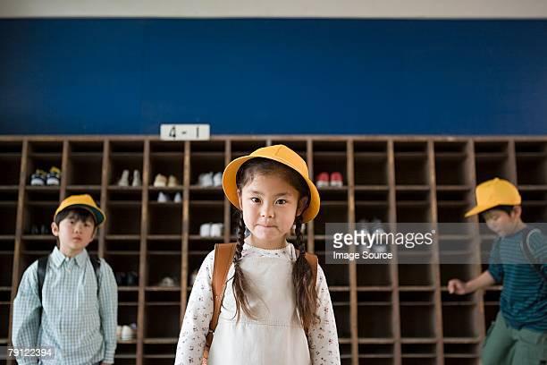 少女の帽子を着用