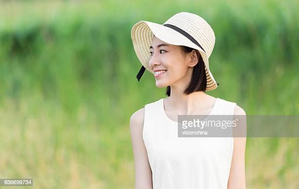 白いドレスを着ている少女 - 白のドレス ストックフォトと画像