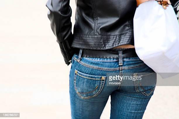 girl wearing blue jeans - fesses femme gros plan photos et images de collection