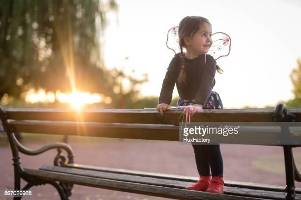 Mädchen tragen Fee Kostüm im park