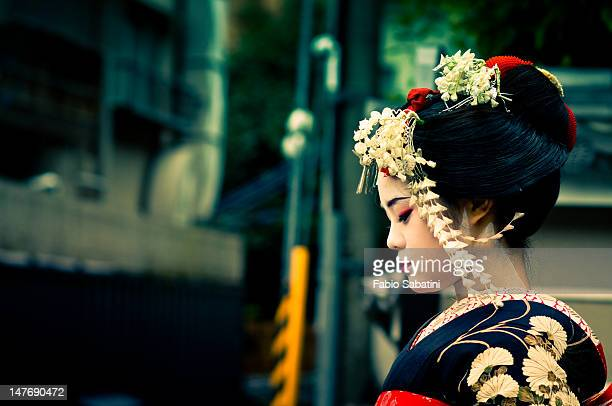 girl wearing geisha's costume - geisha photos et images de collection