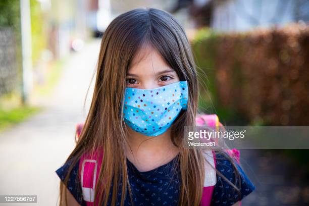 girl wearing homemade protective mask - schulkind nur mädchen stock-fotos und bilder