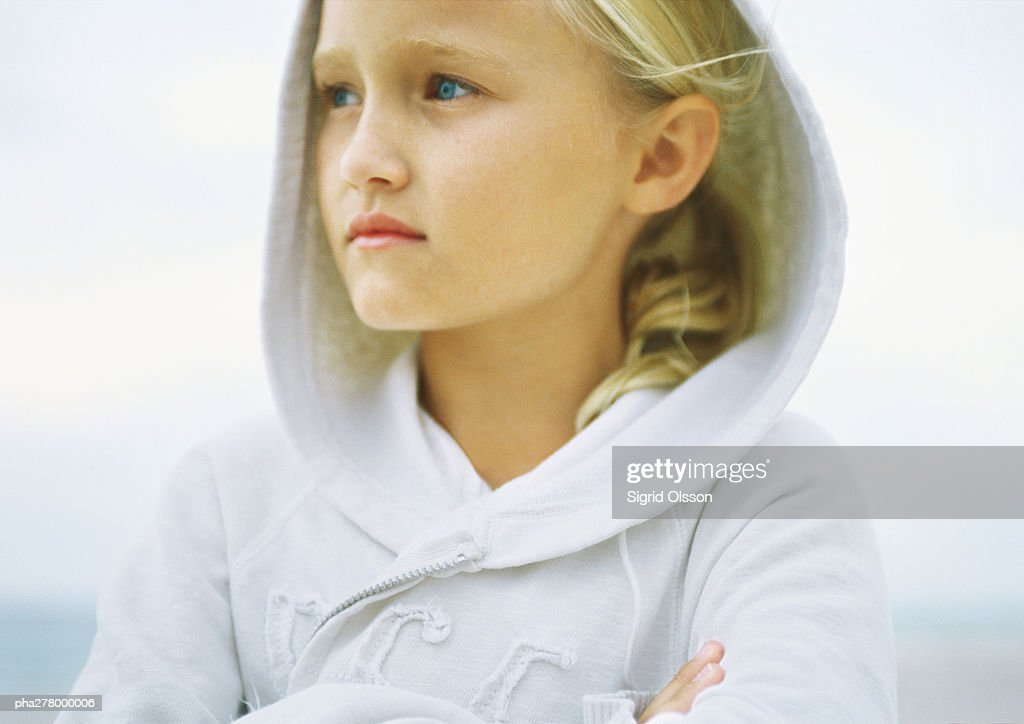 Girl wearing hooded sweatshirt : Bildbanksbilder