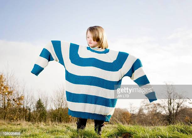 girl wearing oversized jumper, arms out - tamanho desproporcionado - fotografias e filmes do acervo